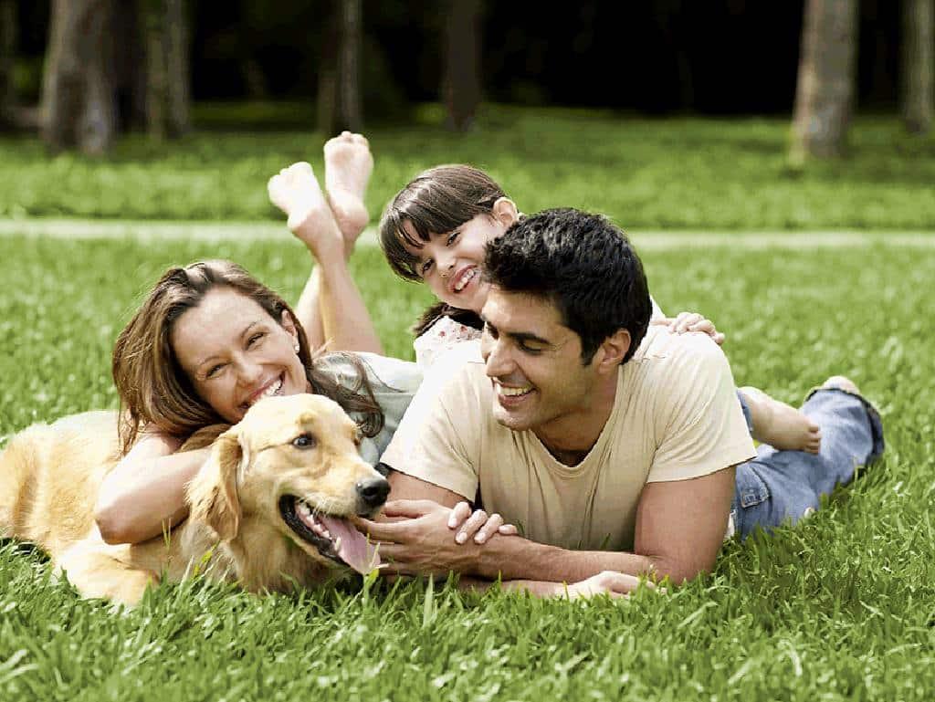 Une famille heureuse avec son animal de compagnie